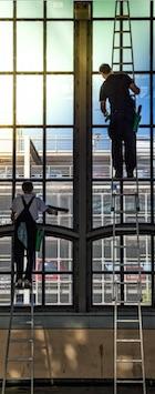 Fensterputzer arbeiten an Leitern www.glasklar-fensterreinigung.de/glasreinigung Nuernberg Fuerth