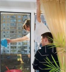fensterputzen-putzfrau-reinigt-fenster-im-hochhaus-glasklar-fensterreinigung.de